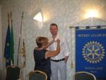 2. Il Governatore Anna Spalla appunta la spilla del Rotary a Ermanno..JPG