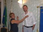 3. Il Governatore Anna Spalla appunta la spilla del Rotary a Ermanno..JPG