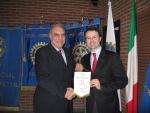 2. consegna del gagliardetto a Riccardo A..JPG