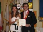 3. La consegna della carta a Melania da parte del Rappresentante Distrettuale Rotaract, Andrea Morandi.jpg